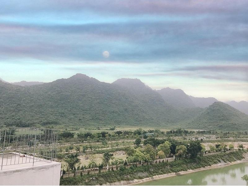 Núi rừng Cúc Phương nhìn từ Vedana Resort tháng 4/2020